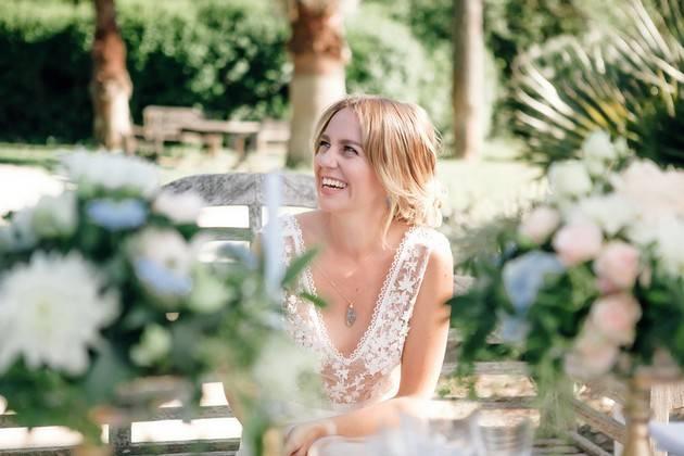 Jeune femme riant en robe de mariée