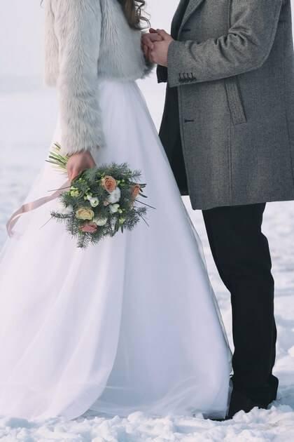 Couple marié en extérieur dans la neige