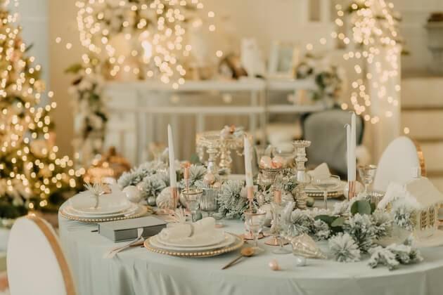 Décoration de table de mariage avec sapins