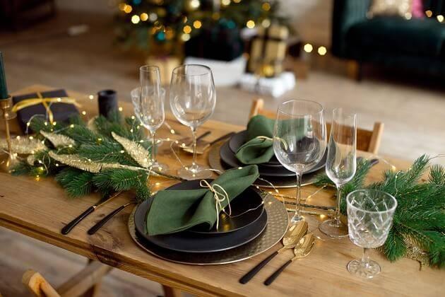 Table dressée pour un mariage à Noël
