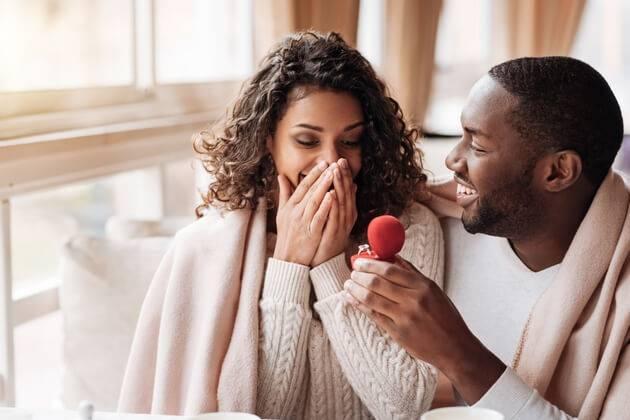 Un homme demande une femme en mariage avec une bague