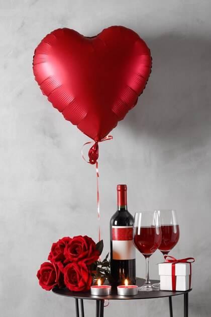 Bouteille de vin et ballon rouge en forme de coeur