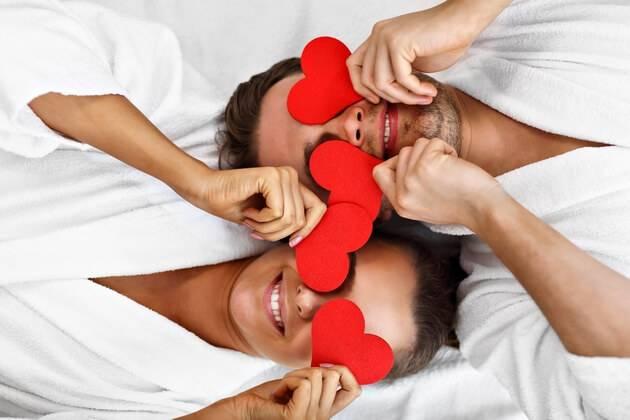Couple heureux se relaxant