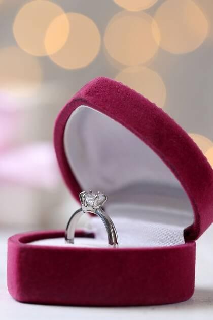 Boite en forme de coeur contenant une bague de fiançailles