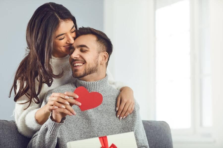 Couple à la St Valentin avec cœur en papier rouge