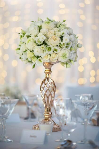 table de mariage avec fleurs blanches
