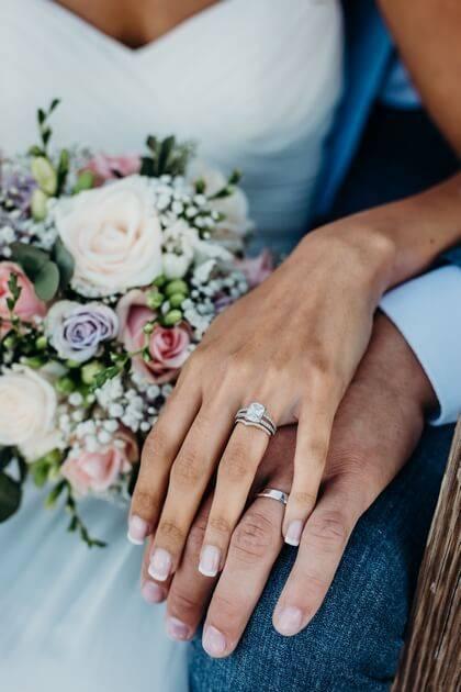 Alliance et robe de mariée bleue pâle