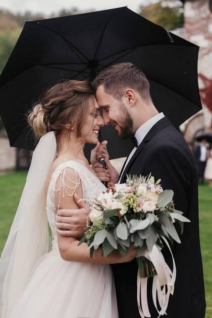 Mariés sous la pluie