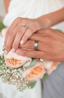 Couple de mariés - main dans la main