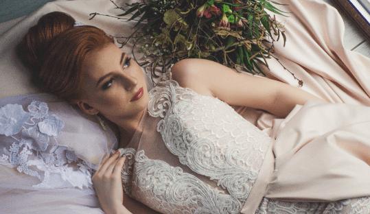Femme avec sa robe de mariage